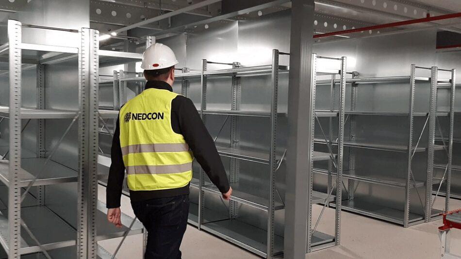 pracownik-Nedcon-dokonuje-inspekcji-regalow-metalowych